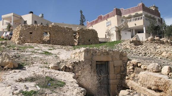 בתים מודרניים ומערות עתיקות (צילום: רונית סבירסקי)